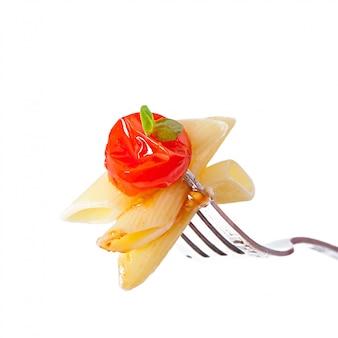 Pasta penne con salsa boloñesa, queso parmesano y albahaca