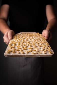 Pasta de pequeño tamaño en tabla de cortar