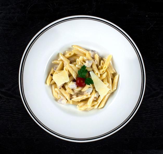 Pasta en salsa de crema con pollo y parmesano