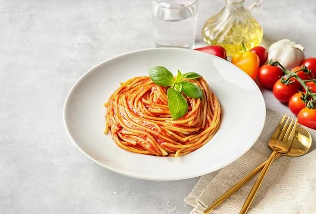 Pasta con salsa de tomate y albahaca
