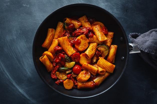 Pasta con salsa de tomate con verduras