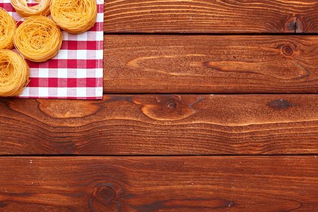 Pasta seca en mesa de madera