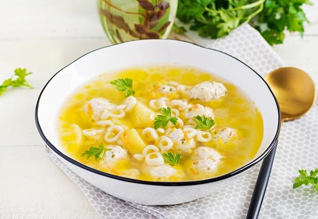Pasta y sopa de albóndigas de pollo saludable