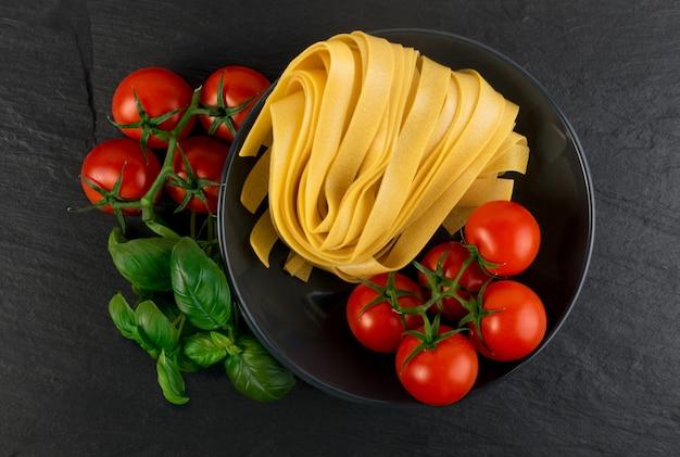 Pasta de tallarines italianos amarillos crudos