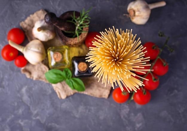 Pasta, tomate, aceite de oliva y vinagre.
