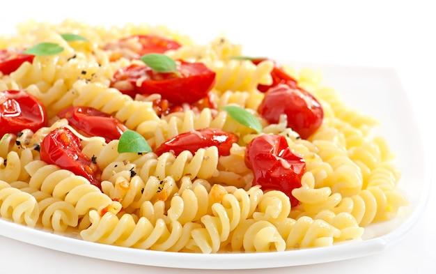 Pasta con tomate, albahaca y queso rallado