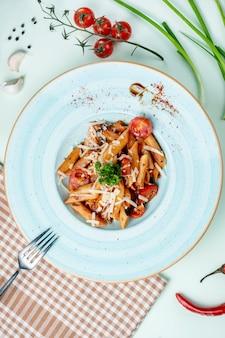 Pasta con tomate y hierbas.
