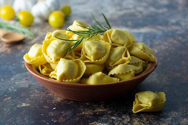 Pasta tortelloni pasta tradicional italiana con carne o verduras