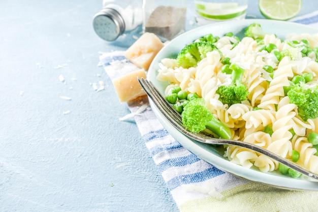 Pasta con vegetales verdes y queso