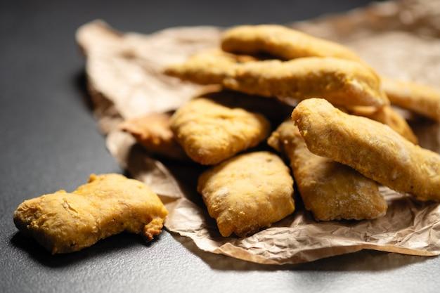 Pastas caseras, galletas de calabaza frescas apiladas en pilas y atadas con una rebanada
