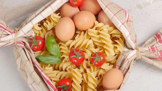 Pastas con huevos y tomates cherry