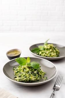 Pastas del vegano del calabacín en el fondo blanco. comida vegetariana saludable