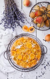 Pastel con albaricoques. tortas caseras, con lavanda.