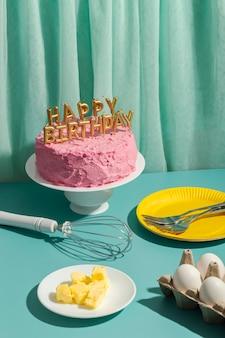 Pastel de alto ángulo y velas de cumpleaños.