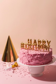 Pastel de alto ángulo y velas de feliz cumpleaños