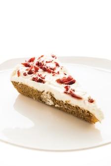 Pastel de arándanos o pastel en plato blanco