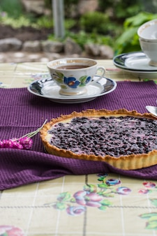 Pastel de arándanos. tarta. desayuno al aire libre. la hora del té. copas vintage, platos