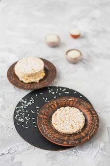 Pastel de arroz inflado redondo y arroz sobre fondo texturizado