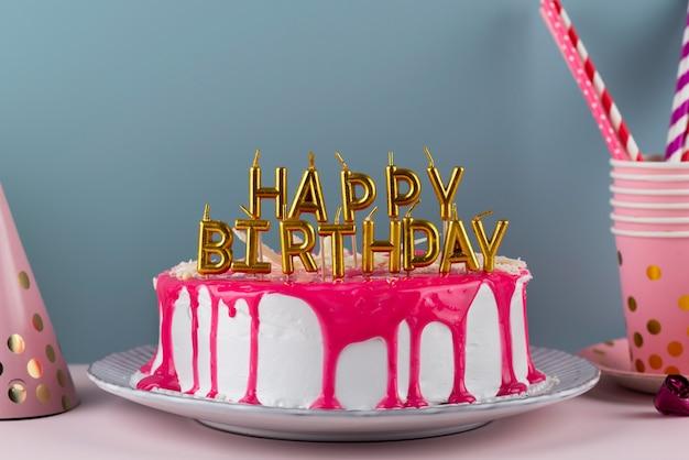 Pastel y artículos de fiesta de cumpleaños