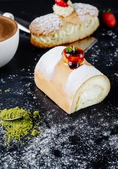 Pastel con azúcar en polvo y una taza de capuchino sobre la mesa