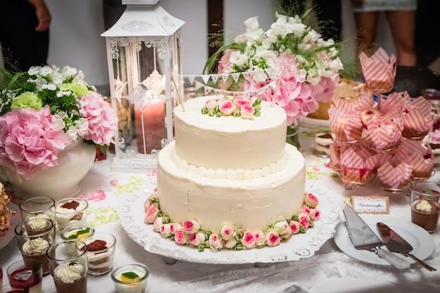 Pastel de boda en el día de la boda.