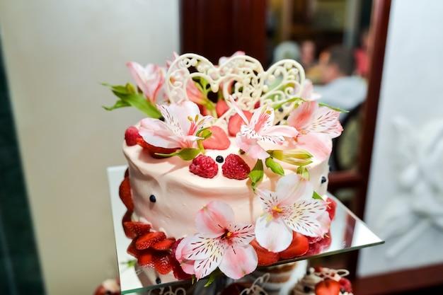 Pastel de boda con flores. detalle de un banquete de comida