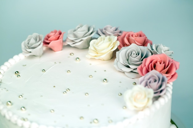 Pastel de boda con rosas.
