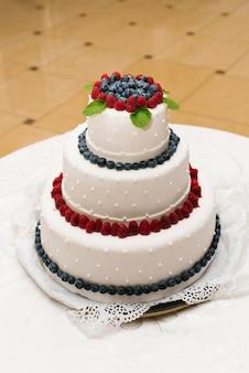 Pastel de bodas con bayas frescas y perlas