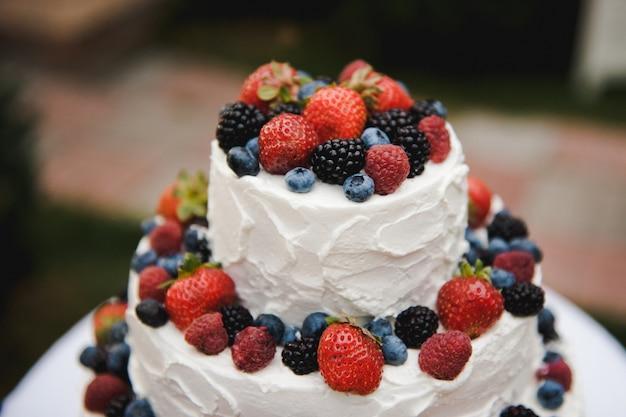Pastel de bodas con bayas. pastel rústico de boda con frutas.