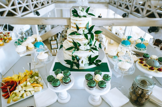Pastel de bodas blanco decorado con crema y frutas