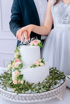 Pastel de bodas blanco con flores