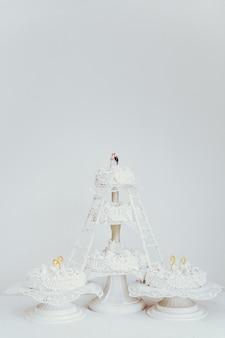 Pastel de bodas blanco de varios niveles.