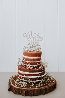 Pastel de bodas con decoración paniculata y mr and mrs topper.