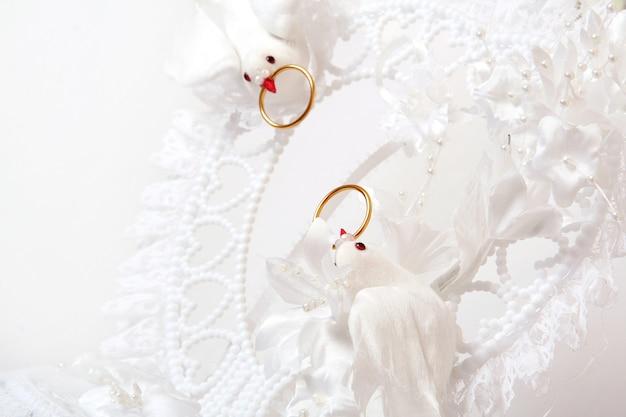 Pastel de bodas con flores de colores