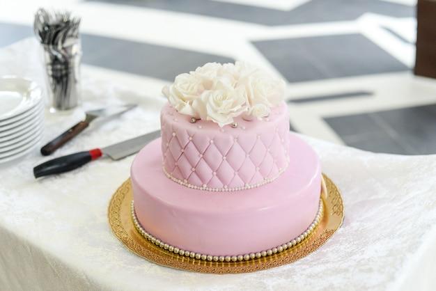 Pastel de bodas para invitados a una fiesta de bodas de las bayas