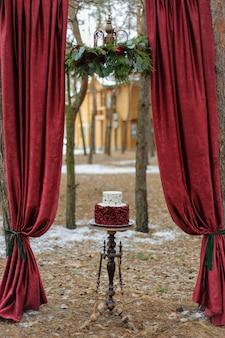 Pastel de bodas para novios el día de la boda.