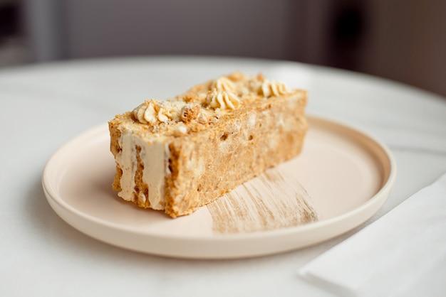 Pastel de café. un pedazo de pastel en un plato. postre dulce en un rosado redondo con un plato