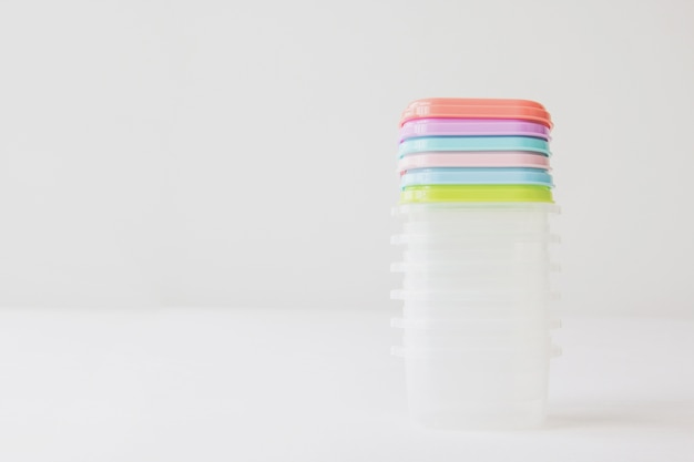 Pastel de caja de plástico sobre fondo blanco