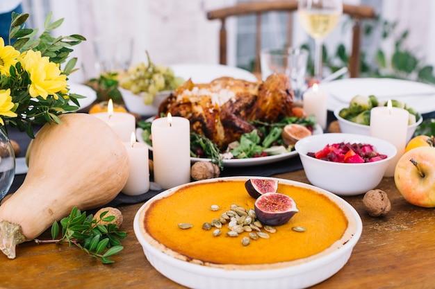 Pastel de calabaza en mesa festiva