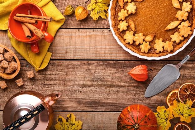Pastel de calabaza. tarta con crema batida y canela sobre fondo rústico. pastel de calabaza casero americano tradicional para el día de acción de gracias o halloween listo para comer. bosquejo.