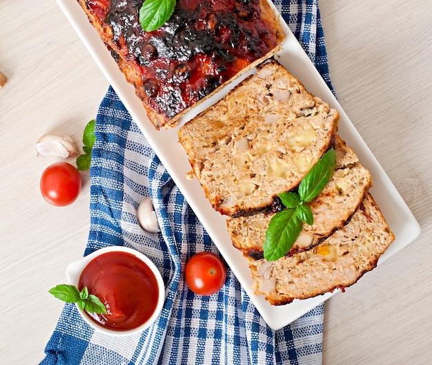 Pastel de carne molido casero con salsa de tomate y albahaca