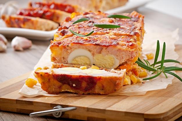 Pastel de carne molido casero con salsa de tomate y romero