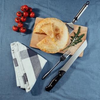 Pastel de carne, pasteles caseros. menú publicitario de tiro.