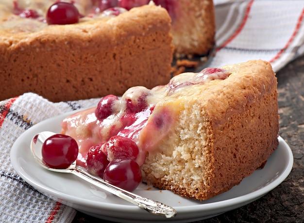 Pastel casero con cerezas y nata