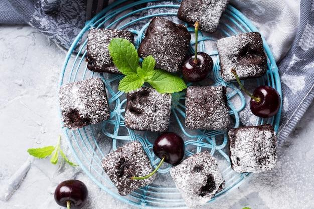 Pastel casero de chocolate y cereza con brownie.