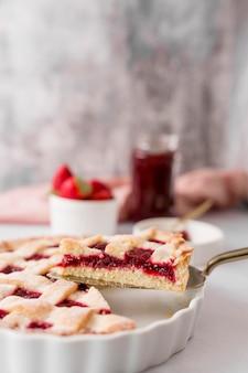 Pastel casero con mermelada de fresa