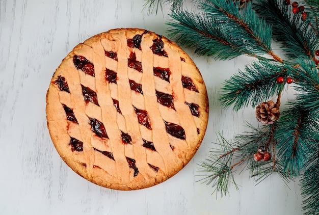 Pastel casero de tarta de manzana y decoraciones de navidad