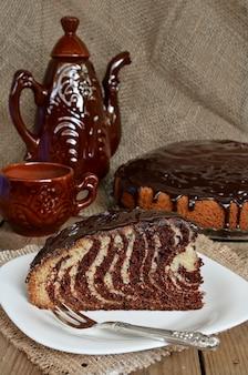 Pastel de cebra con glaseado de chocolate