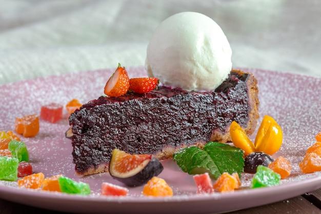 Pastel de chocolate con almendras y harina de maíz con llovizna balsámica y helado