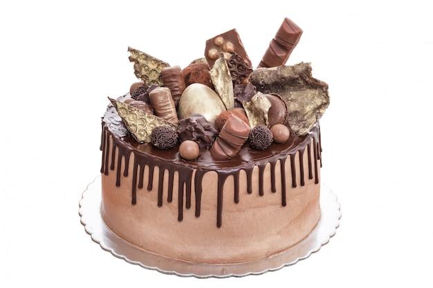 Pastel de chocolate con bombones el día del nacimiento. sobre un fondo blanco